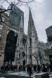 天主教圣巴特利爵主教座堂街道场面在曼哈顿中城 耸立的Neo-Gothic教会从1879与双尖顶&传说上有名 库存图片