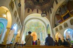 天主教教会里面祈祷 免版税库存图片