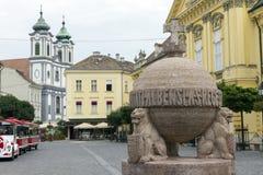 天体和十字架雕象在Szekesfehervar,匈牙利 免版税库存照片