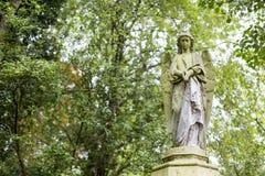 天使严重雕塑在公墓- 1 免版税库存图片