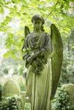 天使严重雕塑在公墓- 3 库存图片