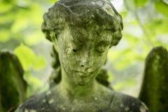 天使严重雕塑在公墓- 4 库存图片