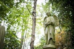 天使严重雕塑在公墓- 5 免版税库存图片