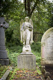 天使严重雕塑在公墓- 6 库存照片