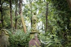 天使严重雕塑在公墓- 7 图库摄影