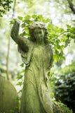 天使严重雕塑在公墓- 8 免版税库存图片