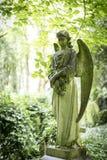 天使严重雕塑在公墓- 9 库存图片