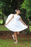 天使亚洲弓中国执行的女孩少许 免版税库存图片