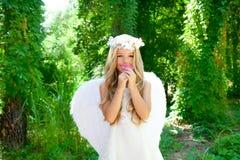 天使儿童女花童粉红色嗅到 库存图片