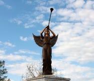 天使准备的加百利吹她的垫铁 免版税图库摄影