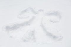 天使剪影或印刷品雪表面上 免版税库存图片