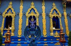 天使卫兵雕象在蓝色寺庙清莱,泰国的 图库摄影