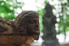 天使古色古香的雕象在坟茔的 免版税库存图片