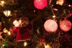 天使和一棵装饰的圣诞树与光 免版税库存照片