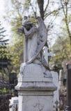 天使和十字架纪念碑 库存照片