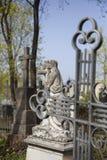 天使和十字架纪念碑 免版税库存照片