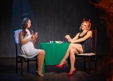 天使和恶魔纸牌在室 免版税库存照片