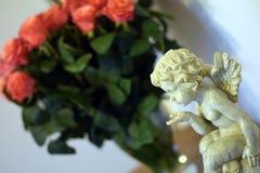 天使和玫瑰 免版税库存图片