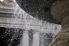 天使喷泉喷洒的水,它落,在罗马梵蒂冈 库存照片