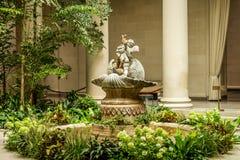 天使喷泉在庭院里 库存图片