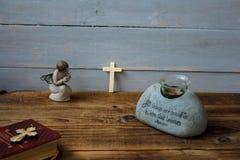 天使圣经和十字架 免版税库存图片