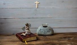 天使圣经和十字架 免版税库存照片