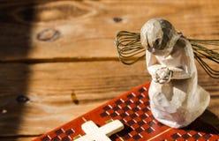 天使圣经和十字架 免版税图库摄影