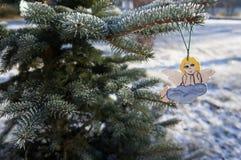 天使在多雪的树枝的圣诞树玩具 库存图片