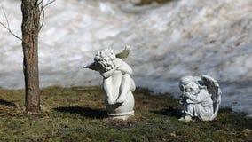 天使在春天庭院 库存照片