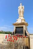 天使在桥梁的Raphael雕象在科多巴西班牙- 免版税库存照片