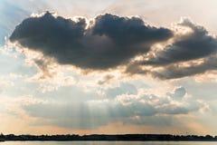 天使在湖上的翼云彩 免版税库存图片