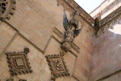天使在石墙上的安心雕塑在教会在巴塞罗那 免版税库存照片