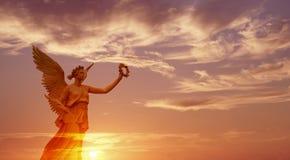 天使在美好的日落全景的天堂 库存照片
