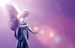 天使在紫色天空背景的天堂 免版税库存图片