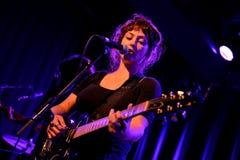 天使奥利森(民间和制片者摇滚歌手和吉他弹奏者)在Apolo地点执行 免版税库存照片