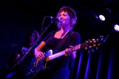 天使奥利森(民间和制片者摇滚歌手和吉他弹奏者)在Apolo地点执行 免版税图库摄影