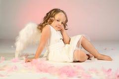 天使女孩佩带的翼 免版税库存图片