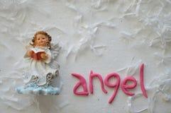 天使小雕象、复活节假日构成在白色和桃红色 免版税库存照片