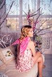 天使服装的年轻美丽的妇女有桃红色翼的 库存照片