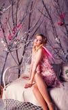 天使服装的年轻美丽的妇女有桃红色翼的 免版税库存照片