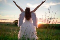天使的图象的一个少妇在与镭的小山站立 库存图片
