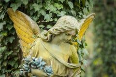天使的雕塑 悲伤 免版税库存照片
