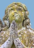 天使祈祷的石雕塑 免版税库存照片