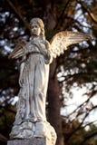 天使美丽的石雕象在老公墓 图库摄影