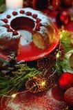 天使苹果球美丽的巧克力圣诞节丁香咖啡构成日期柠檬针桔子杉木存在设置表核桃的葡萄干 Bundt蛋糕洒与糖粉末 库存图片