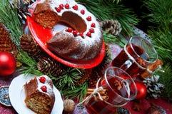 天使苹果球美丽的巧克力圣诞节丁香咖啡构成日期柠檬针桔子杉木存在设置表核桃的葡萄干 Bundt蛋糕洒与糖粉末 免版税库存图片