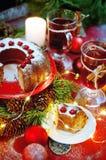 天使苹果球美丽的巧克力圣诞节丁香咖啡构成日期柠檬针桔子杉木存在设置表核桃的葡萄干 Bundt蛋糕洒与糖粉末 免版税图库摄影
