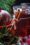 天使苹果球美丽的巧克力圣诞节丁香咖啡构成日期柠檬针桔子杉木存在设置表核桃的葡萄干 Bundt蛋糕洒与糖粉末 库存照片
