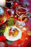 天使苹果球美丽的巧克力圣诞节丁香咖啡构成日期柠檬针桔子杉木存在设置表核桃的葡萄干 Bundt蛋糕洒与糖粉末 免版税库存照片
