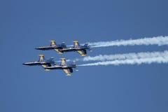 天使蓝色展示飞行形成技能 免版税图库摄影
